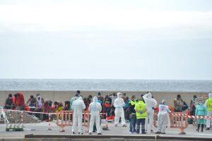El presidente del Cabildo de El Hierro pide el realojamiento urgente de inmigrantes con covid-19