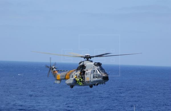 Un helicóptero militar sale al rescate de 9 inmigrantes a la deriva a 490 kilómetros de El Hierro