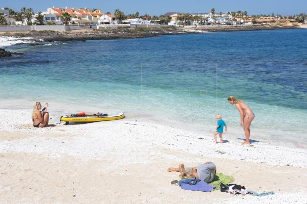 Canarias es la comunidad que más turistas recibe hasta marzo, pero soporta una caída del 90 %