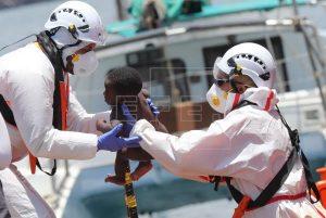 Rescatan al sur de Gran Canaria a 45 personas en una patera, entre ellas ocho niños