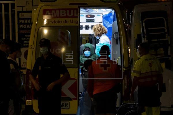 Cuatro hospitalizados entre los otros 32 supervivientes de la patera perdida a 500 kilómetros de Canarias