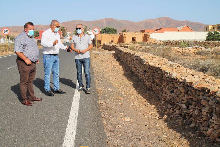 Antigua embellece sus pueblos con la reconstrucción de muros de mampostería