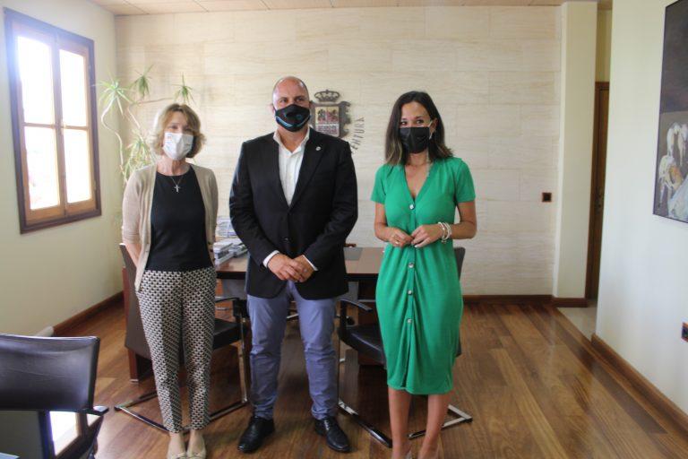 Fuerteventura traslada al Consulado Británico que la isla es un destino turístico totalmente seguro
