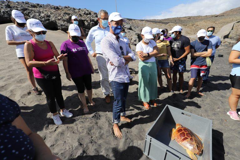Una veintena de personas participa en una recogida de microplásticos impulsada por el Cabildo de Tenerife y la ULL