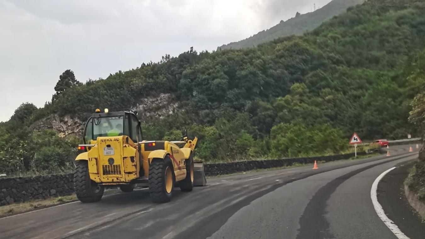 El Cabildo de La Palma refuerza la limpieza de la ceniza en las carreteras y vías de evacuación para facilitar la labor de los dispositivos de emergencia