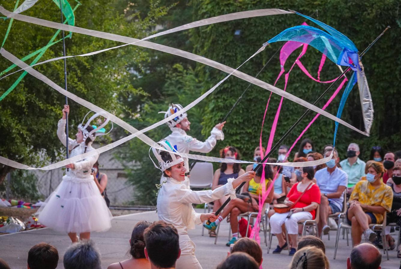 El espectáculo de calle 'El jardín del viento' toma la plaza del Palacio de Formación y Congresos para inaugurar la Feria del Libro de Fuerteventura